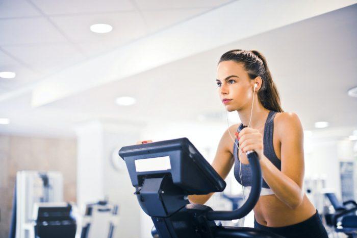 crosstrainer im fitnessstudio oder walken in der natur